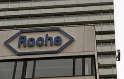 Логотип на штаб-квартире Roche в Базеле 22 октября 2015 года. Швейцарский фармпроизводитель Roche не оправдал ожиданий рынка в четверг, отчитавшись о чистой прибыли за 2015 год в размере 11,84 миллиарда швейцарских франков ($11,64 миллиарда). REUTERS/Arnd Wiegmann/Files
