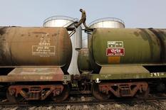 Цистерны на нефтяном терминале в Калькутте 27 ноября 2013 года. Цены на нефть скоро вырастут, сказал президент Ирана Хасан Рухани во время визита во Францию. REUTERS/Rupak De Chowdhuri