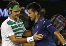Sérvio Novak Djokovic e suíço Roger Federer após partida do Aberto da Austrália. 28/01/2016 REUTERS/Tyrone Siu