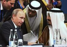 Президент России Владимир Путин (слева) и король Саудовской Аравии Салман ибн Абдул-Азиз Аль Сауд на саммите G20 в Брисбене 15 ноября 2014 года. Саудовская Аравия предлагает России и другим странам сократить добычу на 5 процентов, и Москва готова к встрече с ОПЕК в министерском формате, сказал глава минэнерго России Александр Новак журналистам. REUTERS/Rob Griffith/Pool