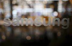 El logo de Samsung visto en su sede en Seúl, Corea del Norte. 18 de diciembre de 2015. El gigante tecnológico Samsung Electronics Co Ltd advirtió el jueves de un posible descenso de sus utilidades este año en comparación al 2015 debido a menores ventas de aparatos como teléfonos inteligentes, una tendencia que también ha golpeado a su rival Apple Inc y a importantes fabricantes de procesadores. 18 de diciembre de 2015. REUTERS/Kim Hong-Ji