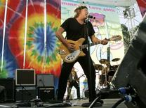 """Guitarist Paul Kantner of the band """"Jefferson Starship"""" plays on stage during the """"Summer of Love"""" 40th anniversary concert at Golden Gate Park in San Francisco, California September 2, 2007.  REUTERS/Robert Galbraith"""