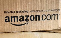 Las ganancias del gigante del comercio por internet Amazon.com Inc estuvieron muy lejos de las expectativas de los analistas en el trimestre de las fiestas de fin de año, porque los gastos de operación subieron y el crecimiento de su negocio de datos en nube se frenó. En la imagen de archivo, un paquete de Amazon en Golden, Colorado, 27 de agosto de 2014. REUTERS/Rick Wilking/Files