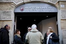 Banca Monte dei Paschi di Siena dit n'avoir pour l'instant aucun projet de rapprochement avec un autre établissement mais estime que l'idée d'une fusion avec UBI Banca ferait sens du point de vue de la stratégie d'entreprise. /Photo prise le 21 janvier 2016/REUTERS/Max Rossi