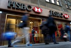 Personas caminan junto a una sucursal del banco HSBC, en Nueva York. 11 de diciembre de 2012. HSBC dijo el viernes que sus sitios web de banca para personas en Gran Bretaña fueron suspendidos tras un ataque informático, en su segunda gran interrupción de servicios este mes. REUTERS/Mike Segar