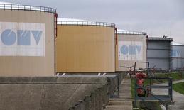 Резервуары на НПЗ OMV в Швехате. 21 октября 2015 года. Австрийская нефтяная компания OMV списала 1,8 миллиарда евро в четвертом квартале из-за низких цен на нефть и снизила прогноз цен. REUTERS/Heinz-Peter Bader