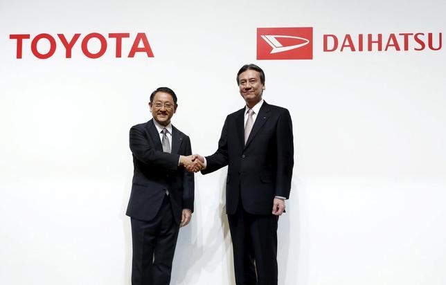 1月29日、トヨタ自動車によるダイハツ工業の完全子会社化発表を受け、トヨタの豊田章男社長(左)とダイハツの三井正則社長が都内で会見。写真は29日都内で撮影(2016年 ロイター/Yuya Shino)