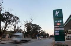 Arabia Saudita no fue el origen de una propuesta para reducir la producción que Rusia estaba estudiando, según informó el domingo la televisión saudí al-Arabiya citando a una fuente saudita que no identificó. En la imagen, un camión pasa junto a una gasolinera en Benghazi, Libia, el 28 de enero de 2016. REUTERS/Esam Omran Al-Fetori