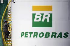 En la imagen de archivo, un trabajador pinta un tanque de la petrolera estatal brasileña Petrobras en Brasilia, el 30 de setiembre de 2015. Petróleo Brasileiro SA recortará su plan de inversiones 2016-2020 en un 5 por ciento, a 93.000 millones de dólares, debido a que la petrolera estatal brasileña intenta lidiar con la baja de los precios del crudo y una enorme investigación por corrupción, publicó el domingo el diario O Globo. REUTERS/Ueslei Marcelino - RTS2FLL