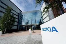 Le titre Nokia chute de 9% lundi en début de séance à la Bourse d'Helsinki, les investisseurs se montrant déçus par les modalités de règlement d'un différend avec Samsung Electronics au sujet de brevets. Un analyste note que les ventes de brevets du groupe finlandais sont inférieures à celles d'Ericsson. /Photo prise le 28 juillet 2015/REUTERS/Mikko Stig/Lethikuva