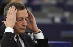 El presidente del Banco Central Europeo (BCE) reiteró el lunes que el organismo está listo para revisar su política monetaria a principios de marzo.  En la imagen, el presidente del Banco Central Europeo, Mario Draghi, ajusta sus auriculares antes de un debate en el Parlamento Europeo en Estrasburgo, el 1 de febrero de 2015. REUTERS/Vincent Kessler