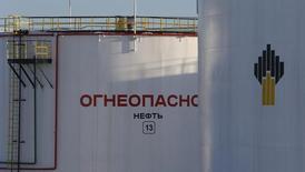 Нефтяные цистерны на месторождении Самотлор. Цены на нефть снижаются за счет опасений за экономику Китая и избытка нефти на мировом рынке. REUTERS/Sergei Karpukhin