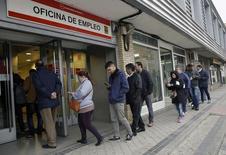 El paro registrado repuntó en enero coincidiendo con el fin de la campaña navideña, tras haber cerrado el pasado año con una bajada récord de desempleados pese a que las cifras totales de parados siguen siendo muy elevadas. En la imagen, varias personas entran en un centro de empleo en Madrid, el 28 de enero de 2016. REUTERS/Andrea Comas