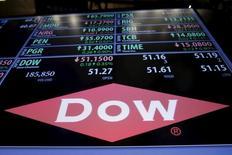 Le groupe chimique américain Dow Chemical, en passe de fusionner avec DuPont, a fait état mardi d'un bénéfice trimestriel meilleur que prévu en raison de bonnes performances dans des secteurs clés comme les transports, l'emballage et la construction. /Photo prise le 22 décembre 2015/REUTERS/Lucas Jackson