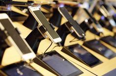 Teléfonos móviles y tabletas expuestas en una tienda de la operadora de telecomunicaciones francesa Orange en  Buerdeos, Francia, el 3 de julio de 2015. Los reguladores de la Unión Europea propusieron el martes lanzar un espectro móvil en todo el bloque de 28 países para mejorar el acceso a los servicios y tecnologías de internet, incluidas áreas remotas. REUTERS/Regis Duvignau
