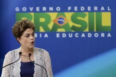 La presidenta de Brasil, Dilma Rousseff, durante una ceremonia en el Palacio de Planalto, Brasilia. 21 de diciembre de 2015. El Gobierno de Brasil planea establecer un límite legal al gasto público y adoptar metas fiscales flexibles como parte de reformas para recuperar el crecimiento económico, dijo el martes la presidenta Dilma Rousseff en un discurso de apertura del año legislativo. REUTERS/Ueslei Marcelino