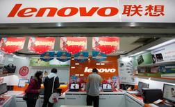 Le chinois Lenovo fait état d'un recul de 8%, plus marqué que prévu, de son chiffre d'affaires au troisième trimestre 2015-2016, à 12,9 milliards de dollars (11,8 milliards d'euros), affecté par la déprime du marché mondial des micro-ordinateurs et des ventes de smartphones en baisse. /Photo d'archives/REUTERS/Aly Song