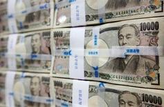 Fajos de billetes de 10.000 yenes japoneses, apilados en un banco en Seúl. 8 de octubre de 2010. El yen subía el miércoles, ya que la debilidad de los mercados bursátiles europeos empujaba a los inversores a comprar activos de refugio, reduciendo el impacto de la inesperada decisión del Banco de Japón de adoptar tasas de interés negativas la semana pasada. REUTERS/Lee Jae-Won