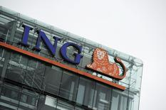 ING, première banque néerlandaise, a fait état jeudi de résultats du quatrième trimestre supérieurs aux attentes, portés par la bonne tenue de ses activités de détail et par ses opérations en Allemagne. /Photo d'archives/ REUTERS/Robin van Lonkhuijsen