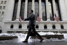 Мужчина у здания фондовой биржи в Нью-Йорке. 25 января 2016 года. Фондовый рынок США перешел к росту к концу торговой сессии среды, поскольку 8-процентный скачок цен на нефть способствовал подъему котировок акций энергетических и финансовых компаний. Индекс Nasdaq демонстрировал более слабую динамику, однако к завершению торгов отступил от сессионных минимумов. REUTERS/Brendan McDermid