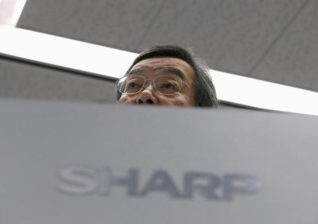 2月4日、シャープ再建策はホンハイに支援を要請する方向が固まったが、直前まで産業革新機構が優勢とみられていた中での逆転劇で、その過程では、シャープ経営陣の迷走ぶりも際立った。都内で同日、会見を行った高橋社長(2016年 ロイター/Yuya Shino)