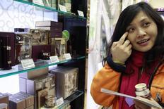Китайская туристка в магазине duty free в Сеуле. 25 января 2011 года. Иероглифы на витринах и говорящие по-китайски продавцы - так один из самых дорогих универмагов Москвы ЦУМ нацелился завлечь покупателей из Поднебесной, которые в результате падения рубля устремились в Россию за люксовыми товарами. REUTERS/Truth Leem