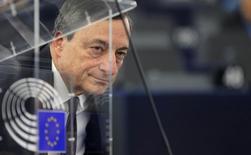 Глава ЕЦБ Марио Драги на дебатах в Европарламенте в Страсбурге. 1 февраля 2016 года. Риск начать действовать слишком поздно при чрезвычайно низкой инфляции выше, чем приняться за дело слишком рано, сказал глава Европейского центробанка Марио Драги в четверг, отметив, что регулятор может принять дополнительные меры смягчения монетарной политики. REUTERS/Vincent Kessler