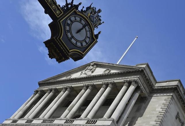 2月4日、イングランド銀行は市場予想通り、政策金利を0.50%に据え置き、資産買い入れ枠も3750億ポンドに据え置いた。写真は2013年8月、ロンドンの英中銀前で撮影(2016年 ロイター/Toby Melville)