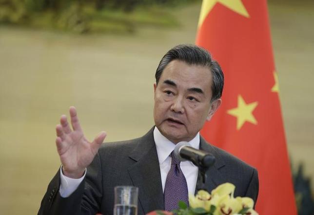 2月5日、中国の王毅外相は、北朝鮮が国際機関に人工衛星打ち上げを通告したことを受け、さらなる緊張を引き起こすようなことを中国は望んでいない、と北朝鮮側に伝えたことを明らかにした。写真は王毅外相。北京で1月撮影(2016年 ロイター/Jason Lee)