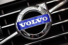 Volvo projette un ralentissement plus marqué du marché des poids lourds aux Etats-Unis cette année et en conséquence y réduira la production après avoir annoncé pour le quatrième trimestre 2015 une hausse un peu plus faible que prévu de son bénéfice d'exploitation. /Photo d'archives/REUTERS/Lucy Nicholson