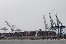 Le déficit commercial américain a progressé de 2,7% à 43,4 milliards de dollars en décembre. Le déficit de novembre a été révisé à la baisse, à 42,2 milliards contre une précédente estimation à 42,4 milliards. /Photo prise le 29 janvier 2016/REUTERS/Brendan McDermid