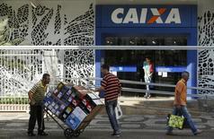 Pessoas caminham em frente a uma agência da Caixa Econômica Federal no centro do Rio de Janeiro. 20 de agosto de 2014. REUTERS/Pilar Olivares