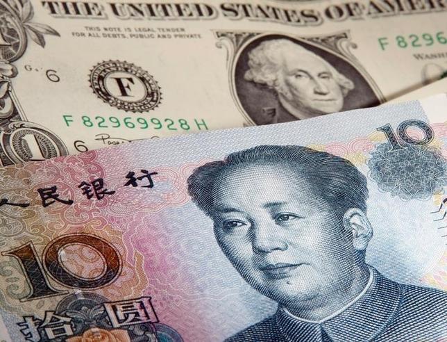 2月7日、中国人民銀行が発表した1月末時点の外貨準備高は3兆2300億ドルと、前月から995億ドル減少し、2012年5月以来の低水準となった。写真はドルと人民元の紙幣。ワルシャワで2011年1月撮影(2016年 ロイター/Kacper Pempel)