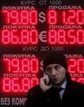 Табло в Москве, демонстрирущее курсы евро и доллара к рублю. Рубль вырос утром понедельника на фоне аналогичной динамики нефти, дорожающей при слабой активности в Азии, где многие страны празднуют Новый год по лунному календарю, а рынки Китая будут закрыты до конца недели. REUTERS/Maxim Shemetov