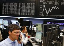 Трейдеры фондовой биржи во Франкфурте-на-Майне. Европейские фондовые рынки торгуются без существенных изменений в понедельник после значительных потерь на прошлой неделе за счёт оптимистичных результатов компаний и роста акций горнорудного сектора. REUTERS/Kai Pfaffenbach