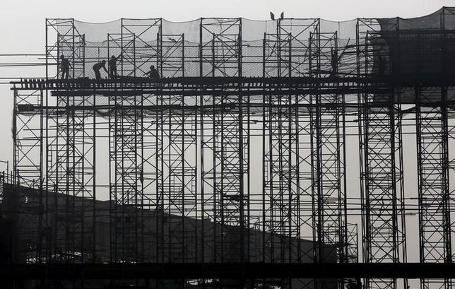 Labourers work at the construction site of a commercial complex on the outskirts of Kolkata, India, January 29, 2016. REUTERS/Rupak De Chowdhuri/Files