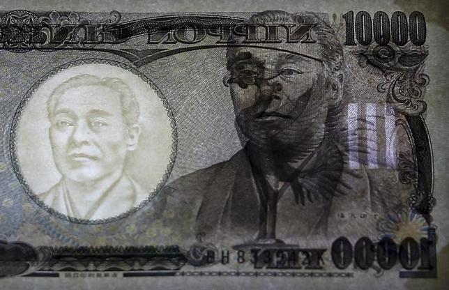 2月8日、ニューヨーク外為市場では安全資産とされる円が買われ、ドルは115円台まで下落した。1万円札、日銀で昨年11月撮影(2016年 ロイター/Thomas Peter)