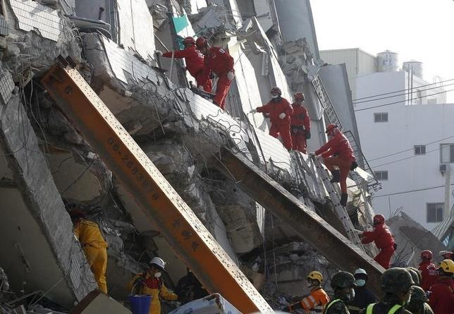 Rescue personnel work at the site where a 17 story apartment building collapsed from an earthquake in Tainan, southern Taiwan, February 7, 2016. REUTERS/Pichi Chuang