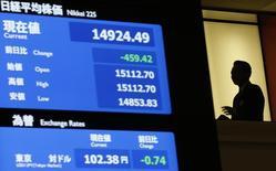 Табло, демонстрирующее показатели индекса Nikkei и курса иены к доллару на  Токийской фондовой бирже.  Доходность японских гособлигаций впервые стала негативной на фоне падения токийского индекса Nikkei, что способствовало росту спроса инвесторов на надёжные долговые обязательства. REUTERS/Toru Hanai (JAPAN - Tags: BUSINESS)
