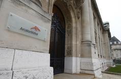 ArcelorMittal, à suivre mardi à la Bourse de Paris. Le groupe accuse une baisse de 7,78%, la plus forte du CAC 40 alors que plusieurs analystes continuent d'avoir des doutes sur le sidérurgiste malgré le renforcement de son bilan avec une augmentation de capital de trois milliards de dollars. Le CAC 40 de son côté recule de 0,39% à 4.050,44 points à 12h08. /Photo d'archives/REUTERS/François Lenoir