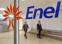 Enel a annoncé un excédent brut d'exploitation (EBE, Ebitda) annuel et provisoire de 15 milliards d'euros, conforme à son objectif et au consensus Thomson Reuters. Ce solde est en baisse de plus de 3%, en raison d'une contraction des marges dans l'électricité, du coût des pré-retraites et d'effets de change défavorables. /Photo d'archvies/REUTERS/Tony Gentile