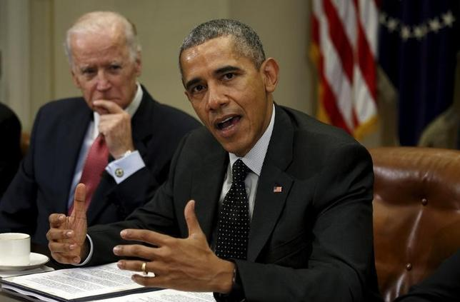 2月9日、オバマ米大統領は2017年度(10月1日から)の予算編成方針を示す予算教書を発表した。過激派組織「イスラム国」との戦いや、富裕層への増税、貧困層支援を優先課題に掲げた。写真は同日、ホワイトハウスで側近との会議に出席するオバマ大統領(2016年 ロイター/Kevin Lamarque)