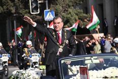 Президент Таджикистана Эмомали Рахмон на параде по случаю его инаугурации в Душанбе 16 ноября 2013 года. Таджикистан назначил на май референдум о поправках в Конституцию, которые позволят правящему страной 23 года Рахмону избираться неограниченное число раз. REUTERS/Press Service of presidential administration of Tajikistan/Handout via Reuters