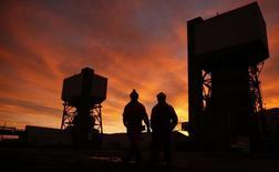 La producción industrial británica sufrió en diciembre su caída mensual más pronunciada desde 2012 ya que las temperaturas más cálidas de lo habitual redujeron la demanda de electricidad y gas y el sector manufacturero continuó su declive, reduciendo las esperanzas de una mejoría este año. En la imagen de archivo, mineros trabajando en el último día de operación de la mina de carbón Kellingley Colliery en el norte de Yorkshire, Inglaterra, el 18 de diciembre de 2015. REUTERS/Phil Noble