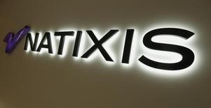 """Natixis a annoncé mercredi des résultats meilleurs que prévus au quatrième trimestre 2015, une performance dont la banque d'affaires du mutualiste BPCE profite pour reverser un dividende généreux et poursuivre son développement dans le conseil en fusions-acquisitions avec le rachat d'une """"boutique"""" américaine. /Photo prise le 1er décembre 2015/REUTERS/Bobby Yip"""