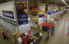 Люди делают покупки в магазине Metro AG в немецком городе Санкт-Августин. Немецкий ритейлер Metro отчитался в четверг о большем, чем ожидалось, падении операционной прибыли, виной которому стал слабый российский рубль. REUTERS/Wolfgang Rattay