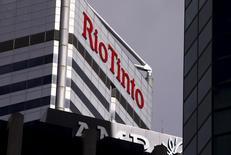 Здание офиса Rio Tinto в Перте. Горнорудный гигант Rio Tinto получил убыток в 2015 году из-за падения цен на железную руду и медь, и отменил свое обещание ежегодно сохранять или поднимать дивиденды из-за неблагоприятных прогнозов. REUTERS/David Gray