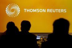 Thomson Reuters a annoncé jeudi prévoir une croissance de son chiffre d'affaires de zéro à 5% cette année. Le groupe d'informations financières et de nouvelles a réalisé au quatrième trimestre un bénéfice ajusté des éléments exceptionnels de 65 cents par action, contre 43 cents sur la période correspondante de 2014. /Photo d'archives/REUTERS/Claudio Reyes