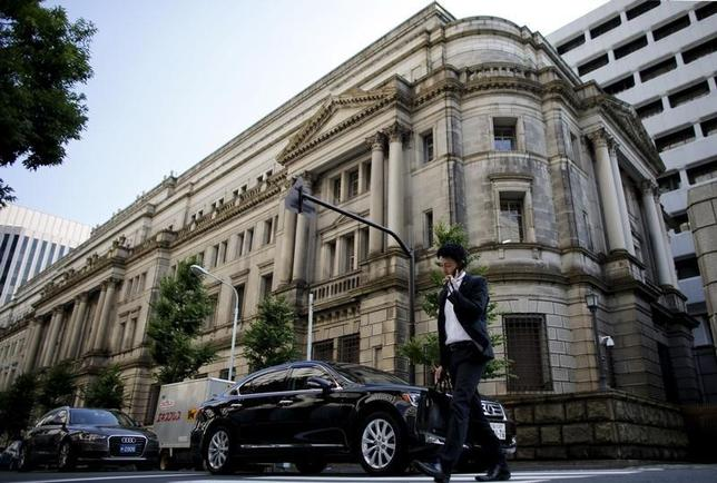2月11日、日本政府筋は政府・日銀が外国為替外為市場に介入したかについてコメントしないと述べた。写真は2015年6月、日銀本館前で(2016年 ロイター/Toru Hanai)
