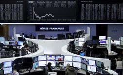 Les marchés européens ont clôturé en forte baisse jeudi, effaçant les gains de la veille, pénalisés par les inquiétudes des investisseurs qui touchent tout particulièrement le secteur bancaire. Le CAC 40 a plongé de 4,05% et la Bourse de Francfort a cédé 2,93%.  /Photo prise le 11 févrierREUTERS/Staff/Remote